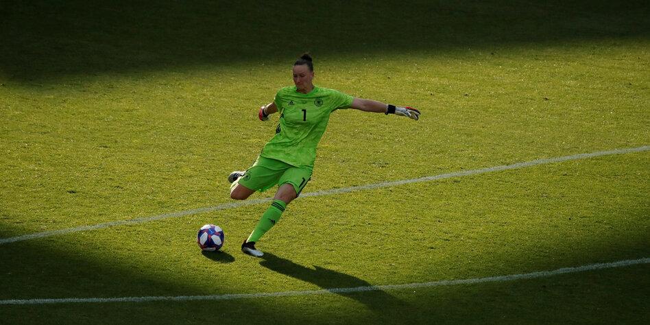 Fussball Nationalspielerin Almuth Schult Baustelle Schulter