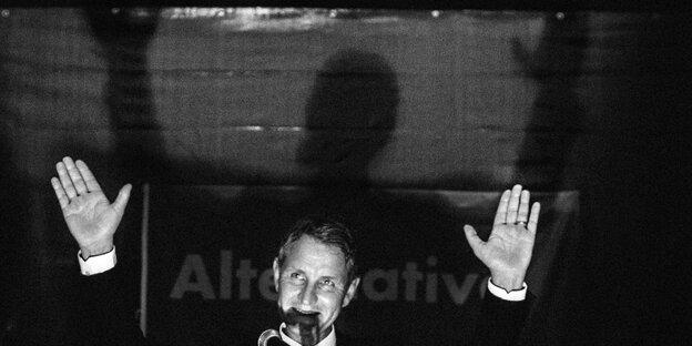Björn Höcke 2017 beim Wahlkampf in Sachsen-Anhalt, schwarzweiß