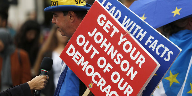 "Ein Plakat von Brexitgegnern: ""Get your Johnson out of our democracy"""