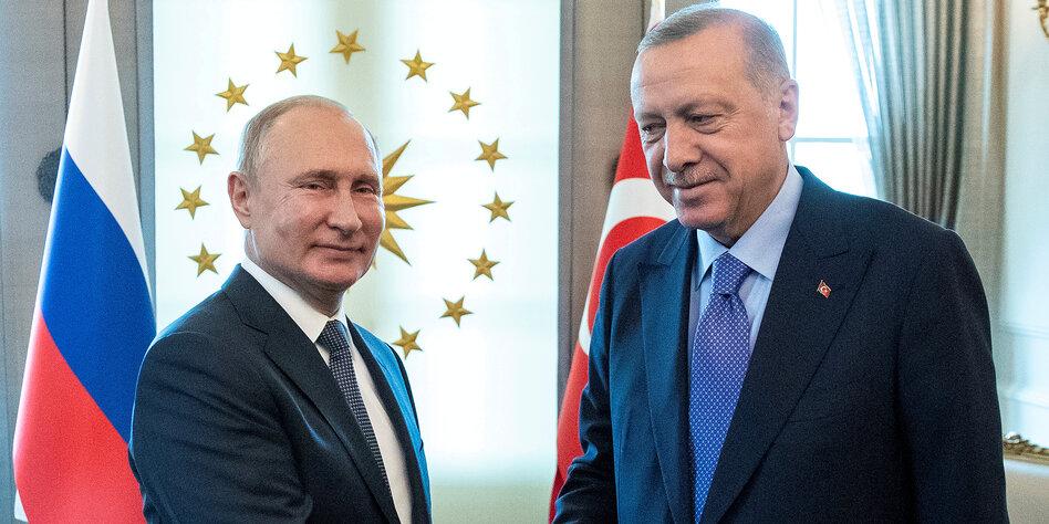 Wladimir Putin schüttelt Recep Tayyip Erdoğan die Hand
