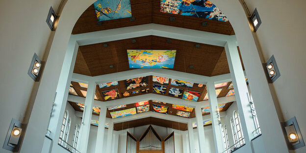 Kirchendecke mit bunten Bildern