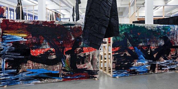 Eine Ansicht von Oscar Murillos Installation im Kunstverein Hamburg.