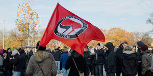Antifa-Flagge bei einer bei der Demonstration 2014 in Hannover