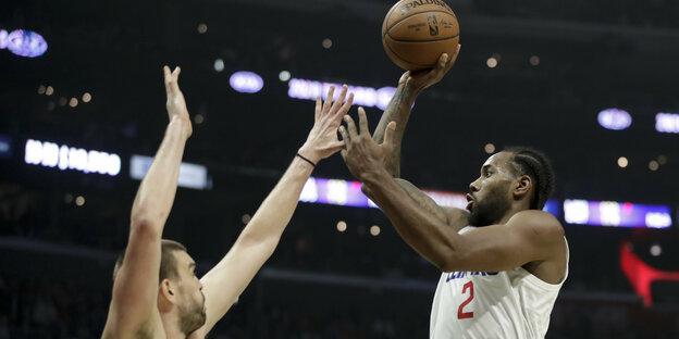 Basketballer beim Wurf