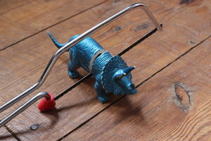 Un dino en caoutchouc bleu est partagé avec une scie sauteuse