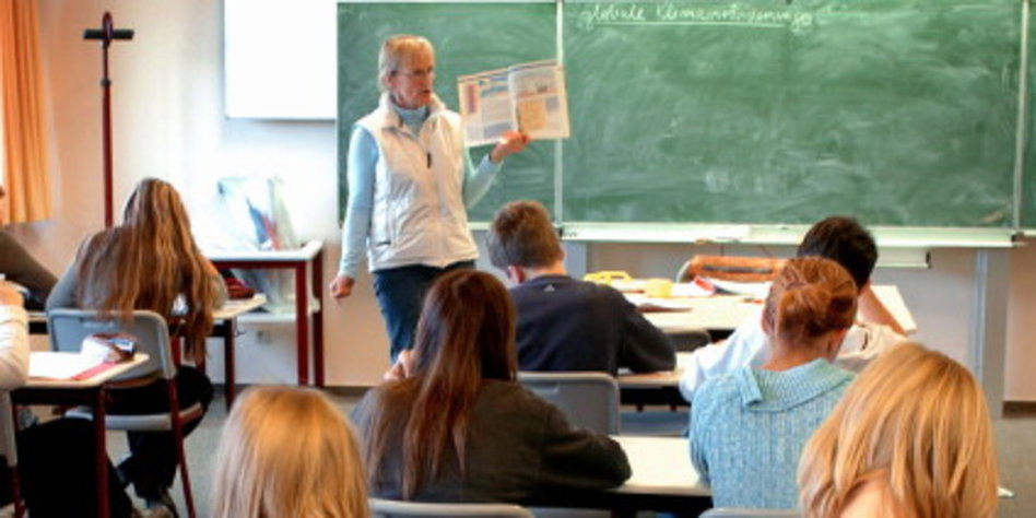 Milf Lehrer bestraft Jugendliche in ihrem Klassenzimmer