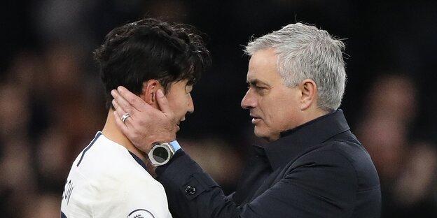 Mourinho hält Gesicht von Spieler Son