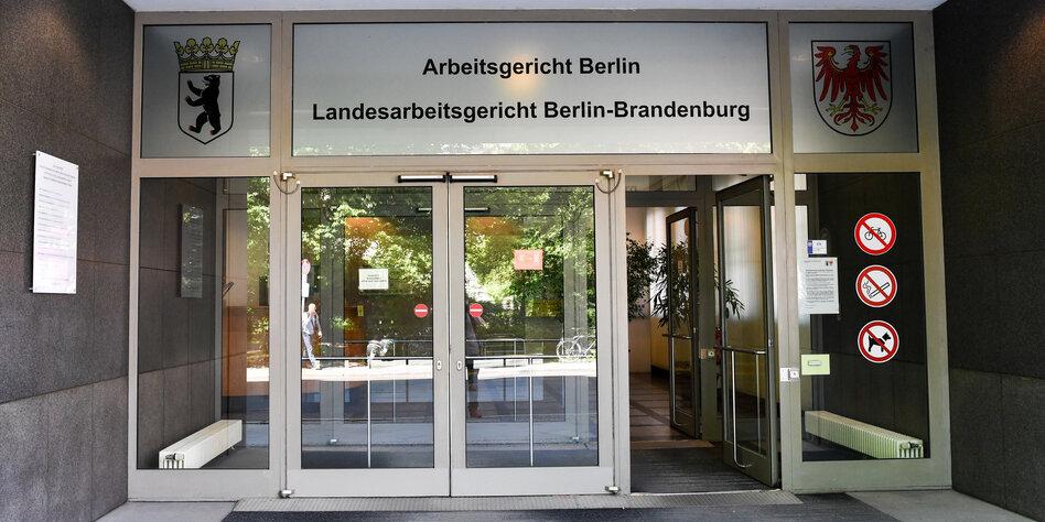 Rechtsstreit wegen Nazi-Tattoos: Rechter Lehrer gewinnt