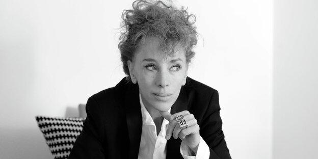 Die Autorin Sibylle Berg in einem schwarz-weiß-Bild