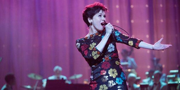 Renée Zellweger als Judy Garland singt groß im Bild. Im Hintergrund ist die Big Band zu erahnen