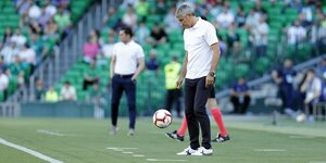 Trainer Setien jongliert Ball