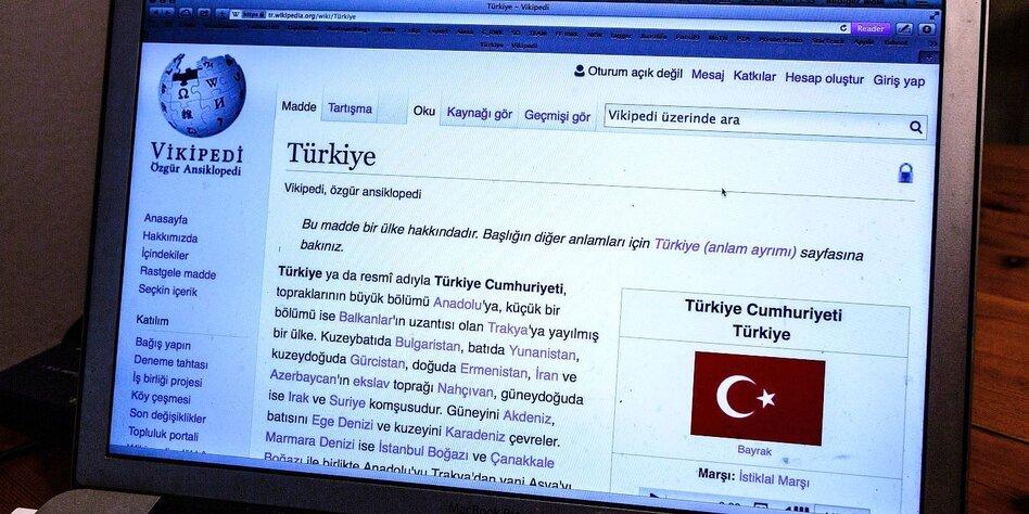 Bildschirm mit der türkischen Version von Wikipedia
