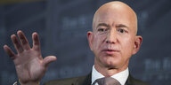 Jeff Bezos gestikuliert im Economic Club of Washington.