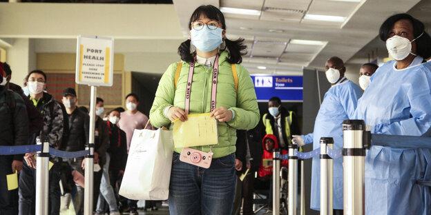 Kenya, Nairobi: les passagers arrivant d'un vol en provenance de Chine sont contrôlés pour le virus corona à leur arrivée à l'aéroport international Jomo Kenyatta. Jusqu'à présent, le virus corona s'est principalement propagé en Chine. En dehors de la République populaire