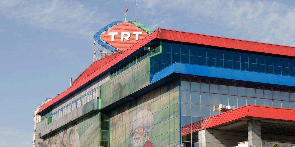 Gebäude mit TRT-Logo auf dem Dach vor blauem Himmel