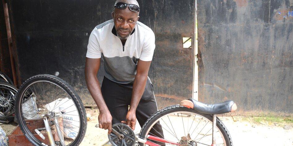 Radfahren in Nigeria: Nachts ohne Licht und Gullys