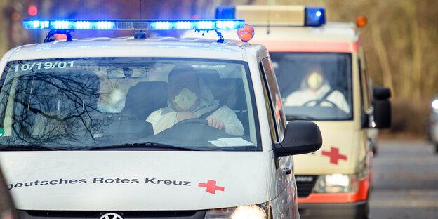 Avec un protège-dents au volant de l'ambulance