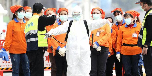 Les travailleurs de la santé à Taïwan se préparent pour une mission dans un costume spécial.