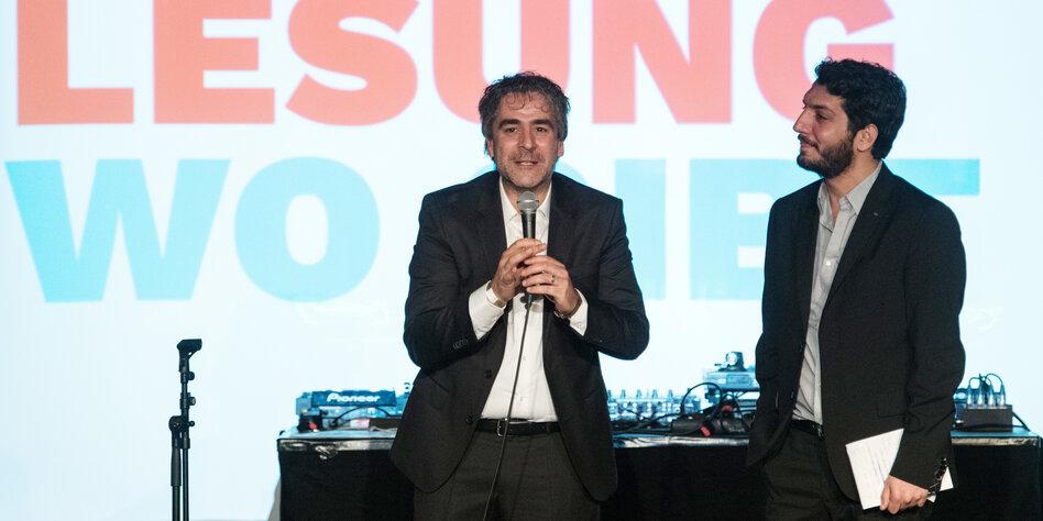 Deniz Yücel und sein Anwalt Veysel Ok bei einer Veranstaltung nach Yücels Freilassung