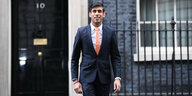Rishi Sunak steht vor der 10 Downing Street in London