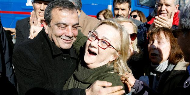 Nach ihrem Freispruch freuen sich die Angeklagten im Prozess um die Proteste im Gezi Park.