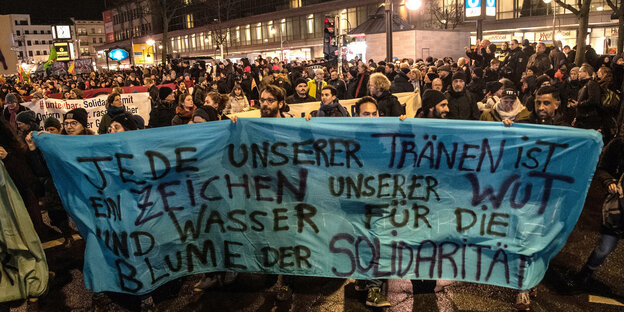 Demonstranten auf dem Hermannplatz