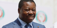 Togos Präsident Faure Gnassingbe lacht.