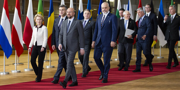 Ursula von der Leyen (CDU, l), President of the European Commission, is going to take a group photo with the heads of state and government of the Western Balkans