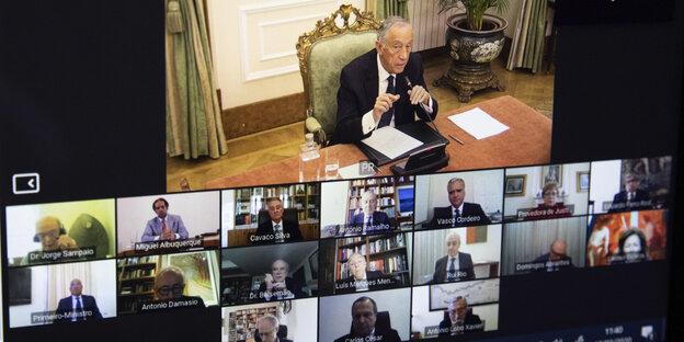 Der portugiesische Präsident Rebelo de Sousa wurde auf einer Videokonferenz vor dem Ausnahmezustand ausgerufen. In den Fenstern unter dem, in dem er zu sehen ist, befinden sich andere Gesprächspartner der Konferenz.