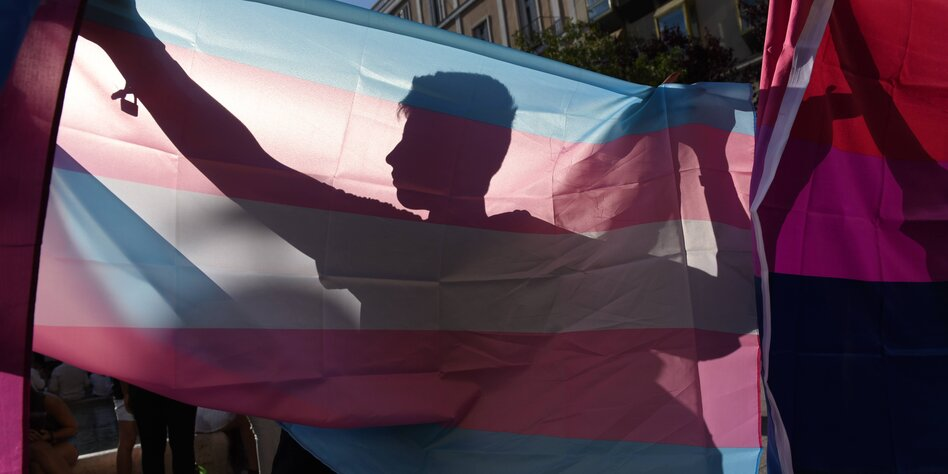 Transgender Mädchen wichst ab