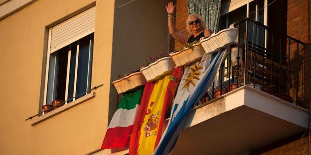 Sachsen, Dresden: Eine Frau hält eine Geldbörse mit zahlreichen Banknoten und Bankkarten in der Hand. Der Verein «Mein Grundeinkommen» verschenkt 30 bedingungslose Grundeinkommen von monatlich 1000 Euro für ein halbes Jahr.