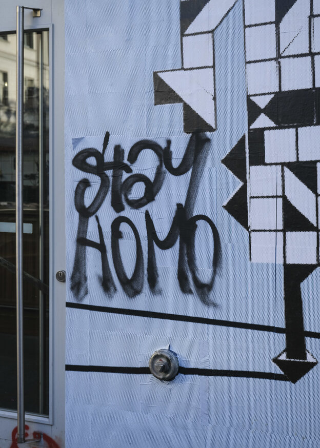 """Stay Homo"": ein Grafitti an der Wand der queeren Bar Möbel Olfe in Kreuzberg"