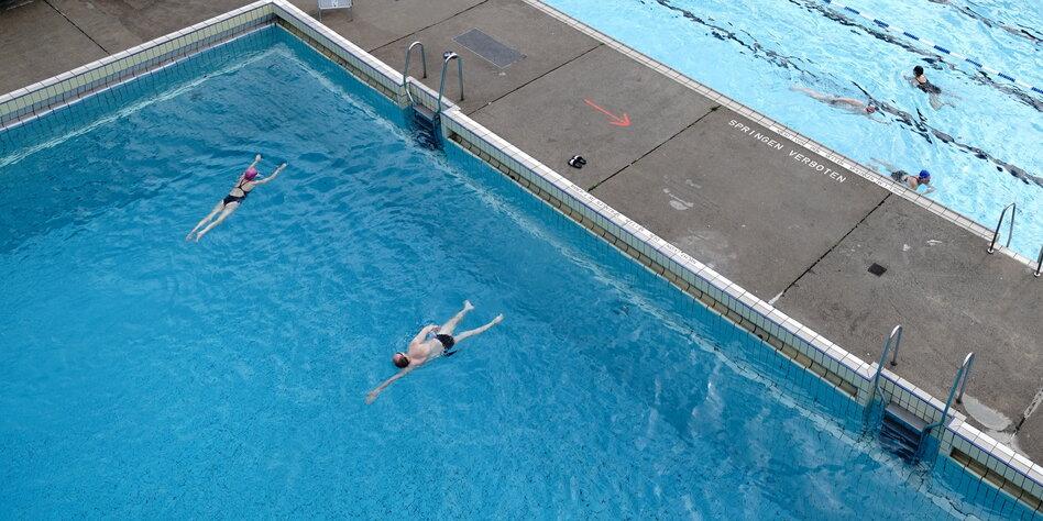 """Schwimmen geht wieder in Berlin: Doch lieber """"Swimmingpool"""" gucken"""