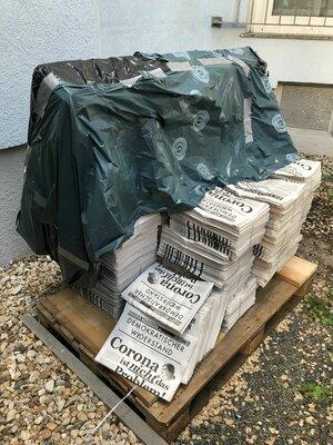 Une palette avec de nombreux journaux dessus