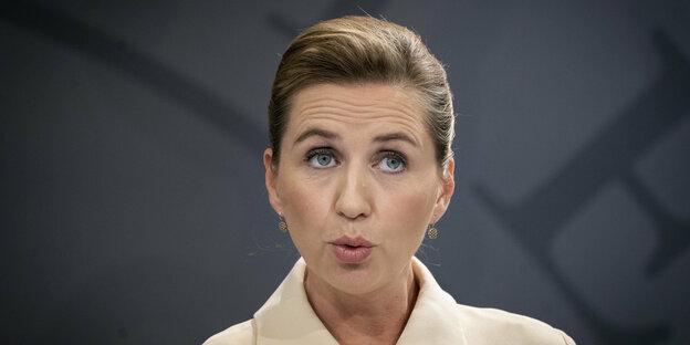 Mette Frederiksen mit erstauntem Blick