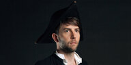 Der Musiker Owen Pallett mit Piratenhut