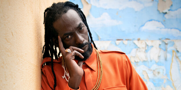Buju Banton ganz in Orange