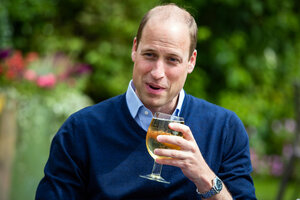 Prinz William mit einem Glas Cidre in der Hand.