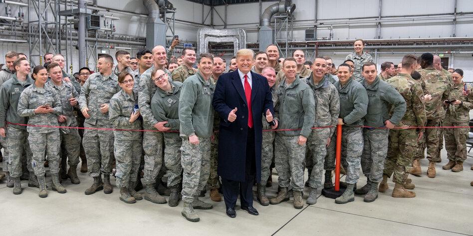 Trump mit Soldaten