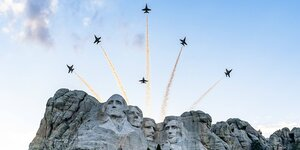 Flugshow am Mount Rushmore, South Dakota, USA