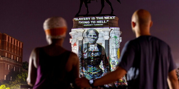 "Harriet Tubman wird auf die Statue des Generalkonföderierten Robert E. Lee in Richmond, Virginia, USA, projiziert mit dem Schriftzug ""Slavery is the next thing to hell"""