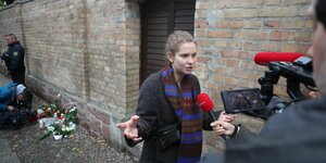 Christina Feist gibt vor der Synagoge in Halle ein Interview.