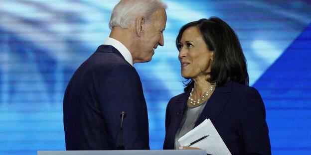 Joe Biden und Kamala Harris lächeln sich an