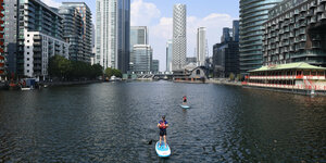 Stand-Up-Paddler vor Londoner Skyline