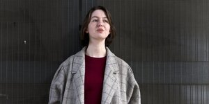 Die Autorin Sally Rooney in elegantem grauen Mantel