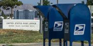16.08.2020, USA, San Jacinto: Das United States Post Office hat auf dem Alessandro Boulevard zwei Drive-Through-Dropboxen vor dem USPS-Gebäude im Moreno Valley aufgestellt.
