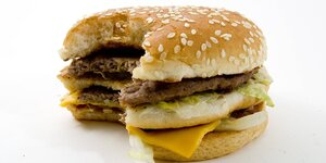 Ein angebissener Big Mac, Hamburger, von Mac Donalds