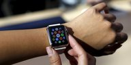 Ein Kunde testet eine Apple Watch in Palo Alto, Kalifornien