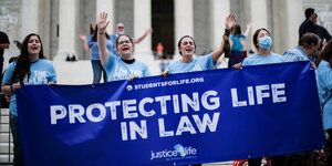 "Protestbanner ""Protecting Life in Law"" vor dem Supreme Court"