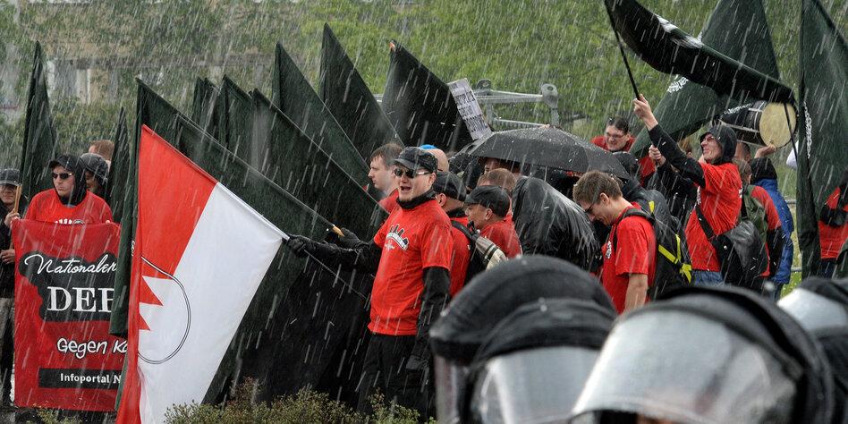 Nazis im Regen stehen lassen